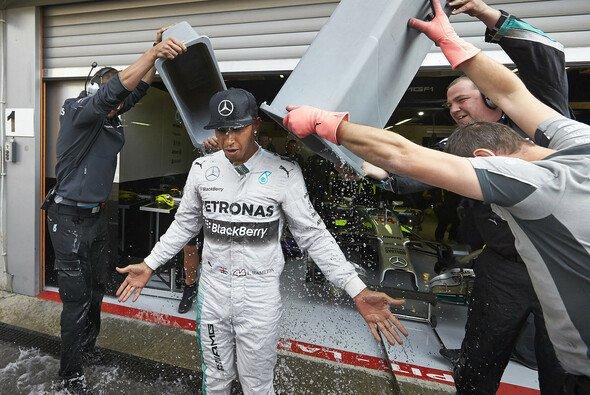Lewis Hamilton nahm 2014 an der Ice Bucket Challenge teil. - Foto: Mercedes-Benz