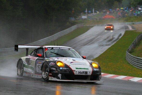 Jochen Krumbach steuerte den Wochenspiegel-Porsche durch den Regen - Foto: Patrick Funk