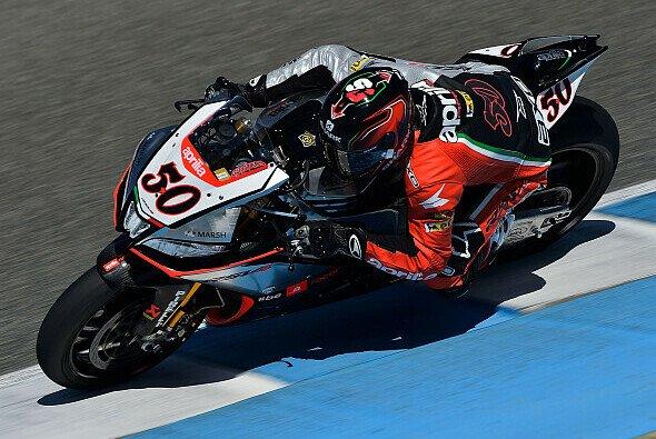 Sylvain Guintoli will Tom Sykes noch abfangen - Foto: Aprilia Racing