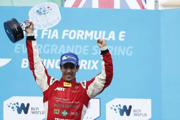 Rekte den ersten Pokal der Formel-E-Geschichte in die Höhe. - Foto: Audi