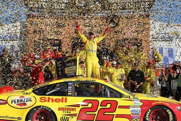 Joey Logano holte auf dem Kansas Speedway bereits seinen zweiten Chase-Sieg - Foto: NASCAR