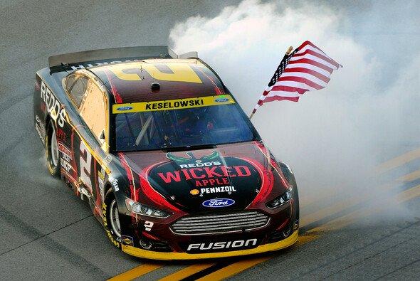 Brad Keselowski feiert seinen sechsten Saisonsieg - Foto: NASCAR