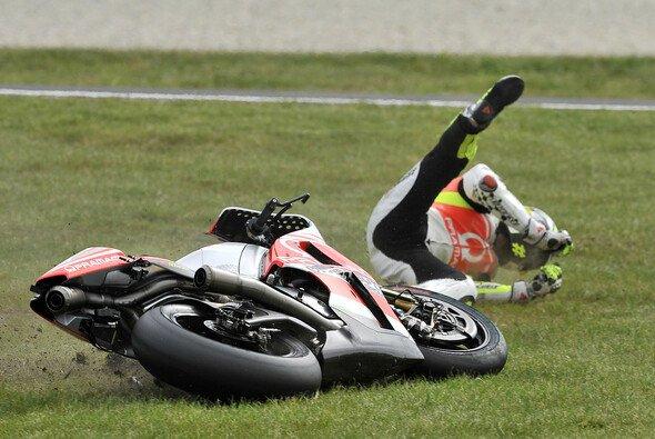 Andrea Iannone stürzte nach Kontakt mit Marc Marquez schwer - Foto: Milagro
