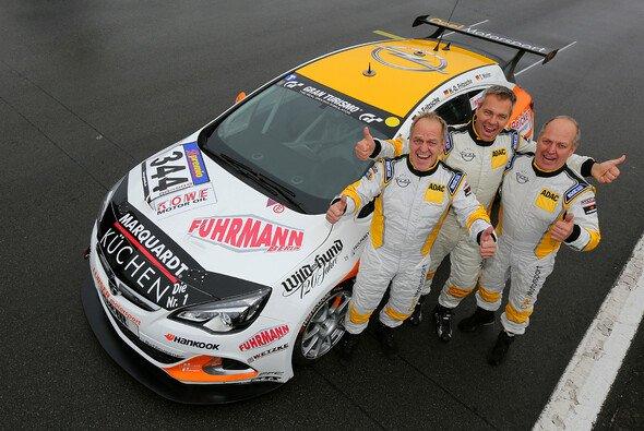 Heinz-Otto Fritzsche, Jürgen Fritzsche und Thorsten Wolter siegten im Opel Astra OPC Cup - Foto: Opel Motorsport