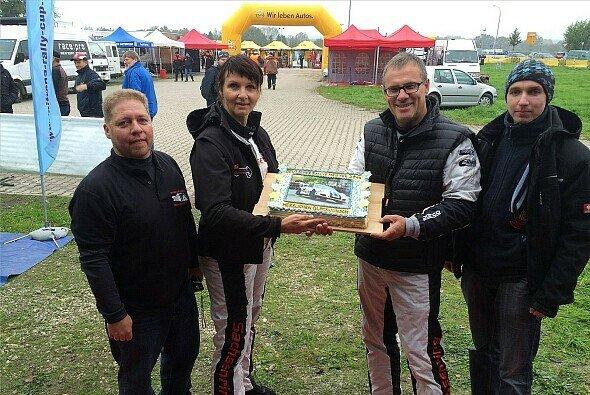 Der Fanclub der Zeltners präsentierte eine Torte - Foto: Sascha Dörrenbächer