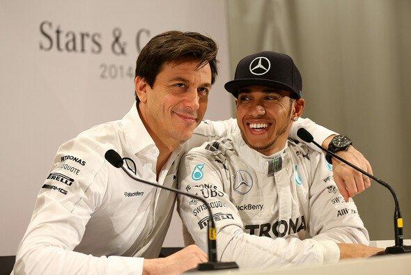 Toto Wolff geht davon aus, dass Lewis Hamilton auch nach der Formel-1-Saison 2018 Mercedes fahren wird - Foto: Mercedes-Benz