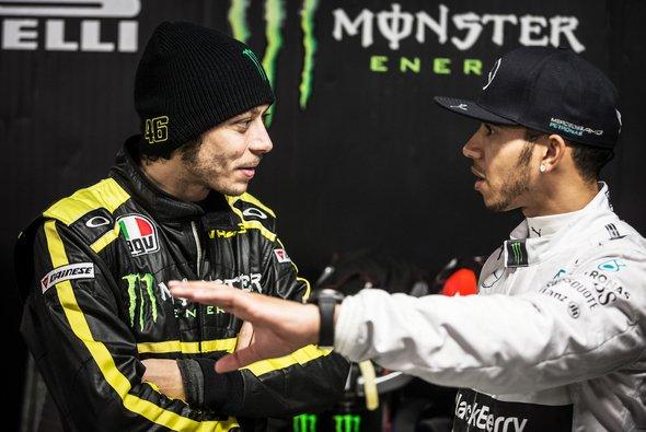 Valentino Rossi könnte bald den Mercedes von Lewis Hamilton testen - Foto: Monster
