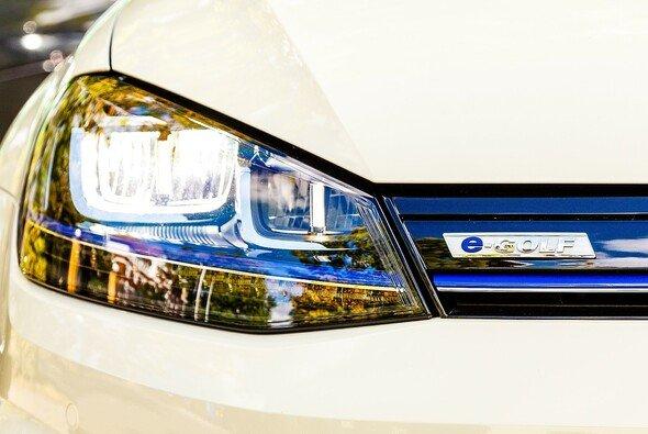 Der e-Golf soll in Zukunft an jedem VW-Standort laden lassen - Foto: obs/Foto RWE/Sir Richard Picture