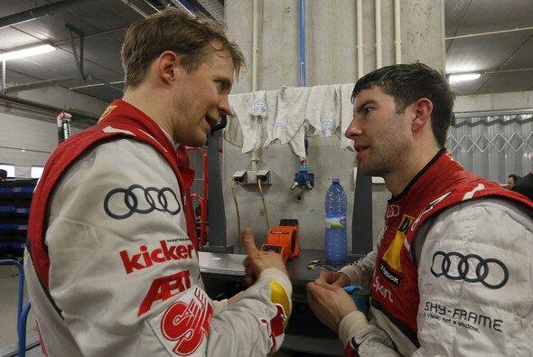 Mike Rockenfeller und Mattias Ekström diskutieren die Herangehensweise an das neue DTM-Format - Foto: Audi