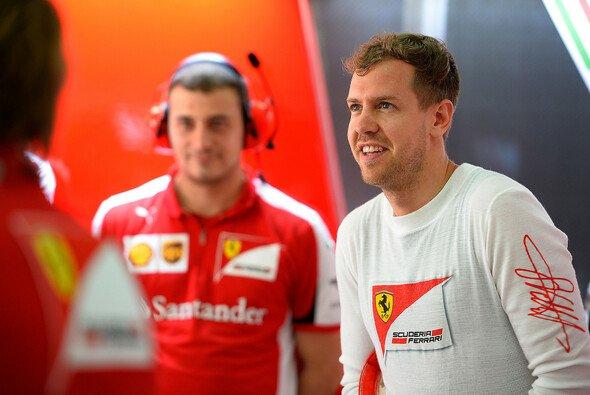 Sebastian Vettel kümmert sich um die Nachwuchstalente - Foto: Ferrari