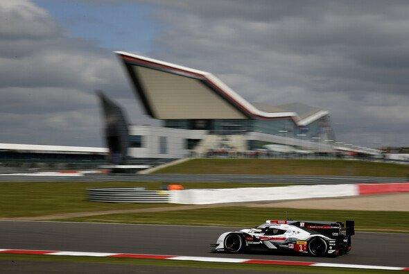 Unter dem berühmten Silverstone-Wing verpasste Audi Reihe eins um Haaresbreite - Foto: Audi