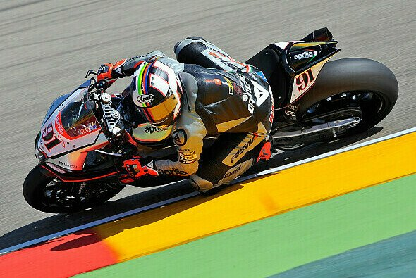 Leon Haslam startet in den beiden Rennen am Sonntag von der Pole Position - Foto: Aprilia