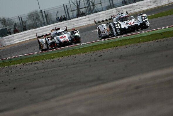 Audi und Porsche lieferten sich 2015 ein heißes Duell um den Sieg - Foto: Adrenal Media