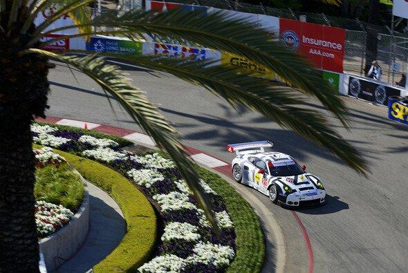 Knapp vorbei ist auch daneben: Die Porsche-Piloten mussten bei der Siegehrung zusehen - Foto: Porsche