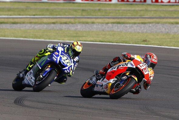 Rossi und Marquez duellierten sich wie 2015 um den Sieg - Foto: Repsol Media
