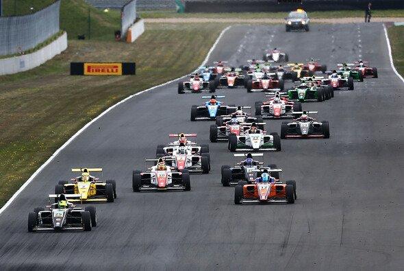 Die ADAC Formel 4 hat 2016 17 Teams und insgesamt 45 Fahrzeuge zu bieten. - Foto: ADAC Formel 4