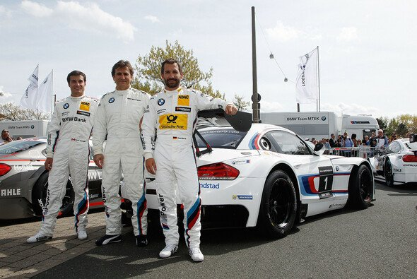 Die drei BMW-Musketiere vor ihrem speziell umgebauten Auto - Foto: BMW