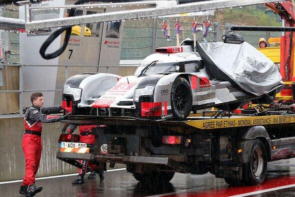 Box statt Strecke: Wegen Reparaturen ließ der Audi von Di Grassi/Duval/Jarvis das Training aus - Foto: Speedpictures
