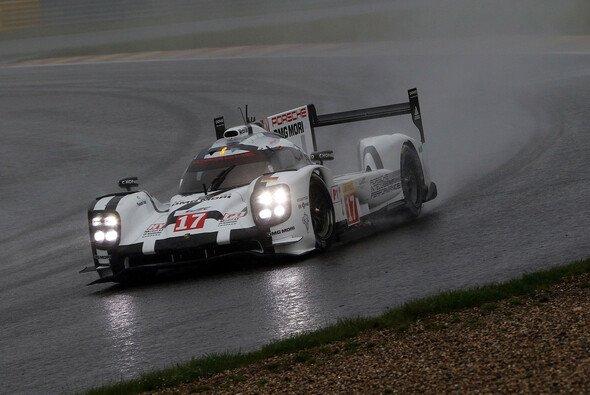 Dem Regen und der Konkurrenz getrotzt: Weber, Hartley und Bernhard bauen ihre Siegesserie aus - Foto: Speedpictures