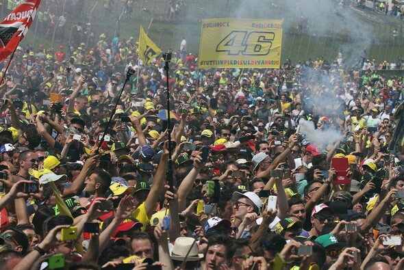 In Mugello stürmen die Fans jedes Jahr die Strecke - Foto: Tobias Linke