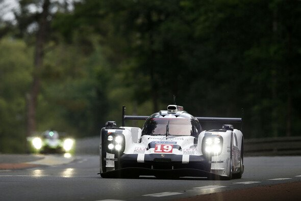 Weltmeisterlich: Nico Hülkenberg, Earl Bamber und Nick Tandy brachen die Vorherrschaft von Audi - Foto: Porsche