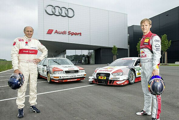 Der Audi V8 quattro aus dem Jahr 1990 und der Red Bull Audi RS 5 DTM aus der aktuellen Saison mit Retro-Design - Foto: Audi