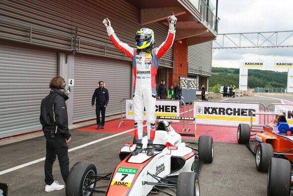 Joel Eriksson triumphiert in Spa-Francorchamps - Foto: ADAC Formel 4