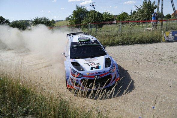 Hayden Paddons Auto wird auf den neuesten Stand gebracht - Foto: Hyundai