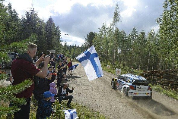 Showdown: Latvala knapp vor Ogier - Foto: Volkswagen Motorsport