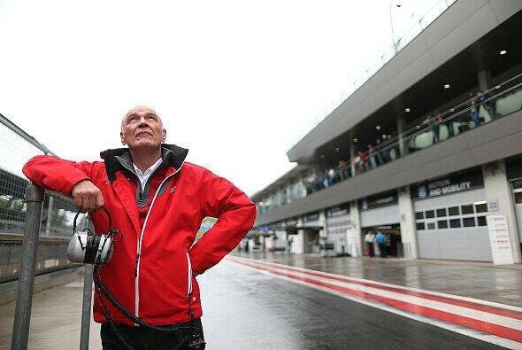Dr. Wolfgang Ullrich blickt in den Himmel: Kam die Stimme von dort? Oder hofft er auf Hilfe? - Foto: Audi