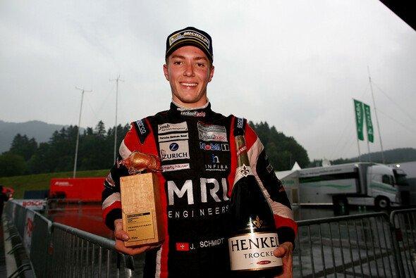 Jeffrey Schmidt feiert seinen ersten Sieg im Carrera Cup - Foto: Alexander Trienitz
