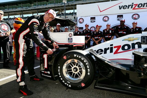 Will Power freut sich über die Pole Position - Foto: IndyCar