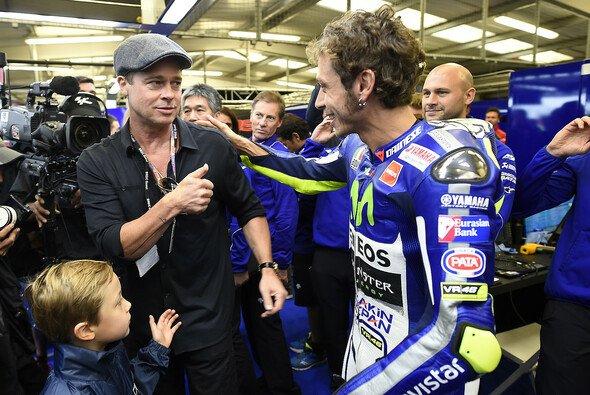 Brad Pitt ist öfter zu Gast beim Motorsport - hier 2015 bei Valentino Rossi - Foto: Yamaha