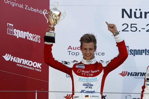 Dennis Marschall feiert Rang zwei auf dem Nürburgring - Foto: Alexander Trienitz