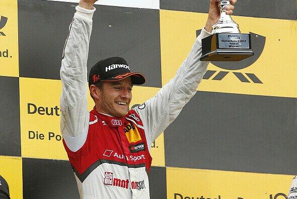 Timo Scheider durfte erstmals seit fünf Jahren wieder den Siegerpokal entgegennehmen - Foto: DTM