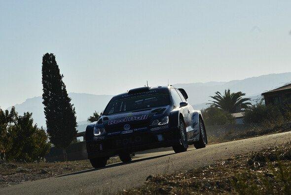 Sebastien Ogier liegt in Spanien knapp vor Jari-Matti Latvala - Foto: Volkswagen Motorsport