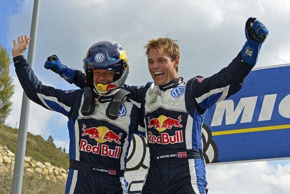 Andreas Mikkelsen feiert seinen ersten WRC-Sieg in Spanien - Foto: Volkswagen Motorsport