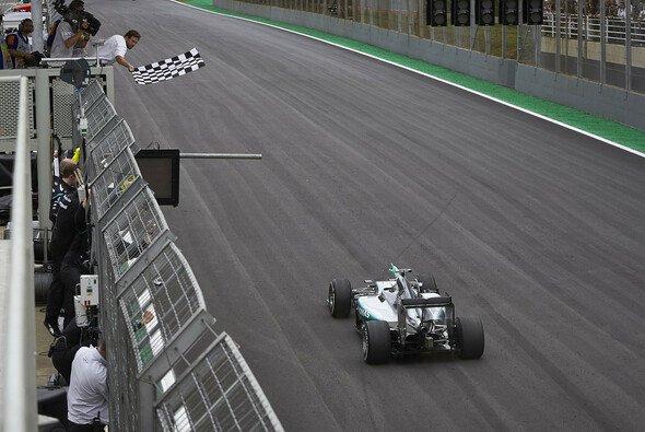 Zielflagge! Die Formel 1 rast auf das Saisonfinale zu - Foto: Mercedes-Benz