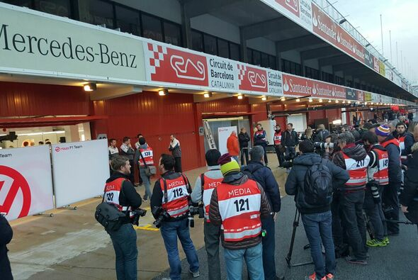 Journalisten vor der Haas-Box in Barcelona - Foto: Motorsport-Magazin.com