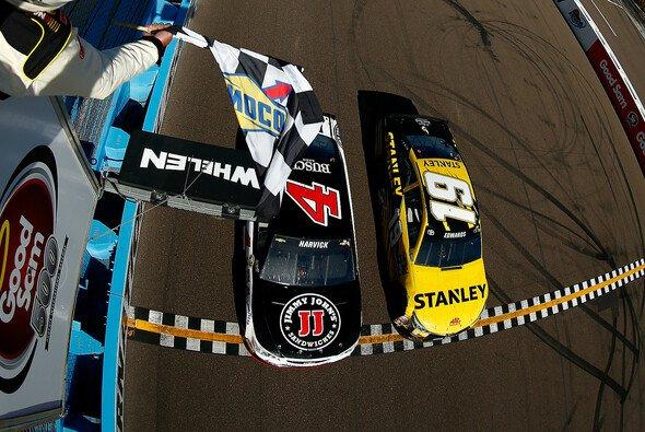 Zielfoto: Kevin Harvick gewinnt mit 0.010 Sekunden Vorsprung vor Carl Edwards - Foto: NASCAR