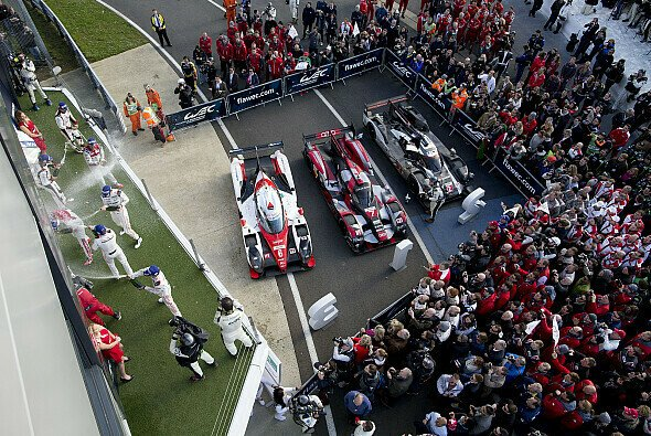 Zunächst brachte jeder der drei LMP1-Hersteller, Audi, Porsche und Toyota, ein Auto in die Top-3 - Foto: Porsche