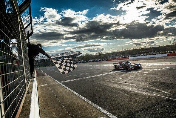 Der Audi #7 raste in Silverstone als Sieger über die Ziellinie - Foto: Adrenal Media