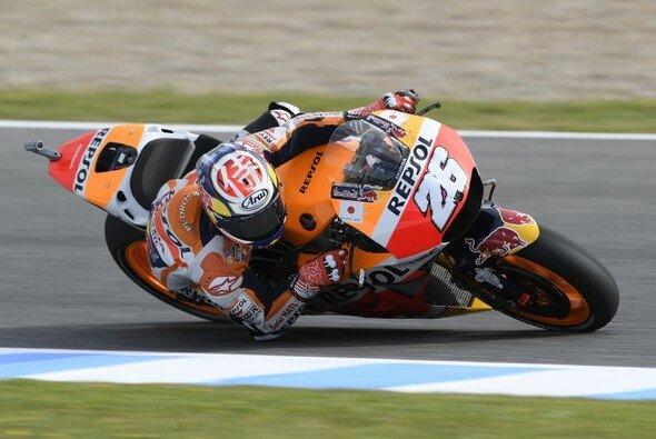 Dani Pedrosa zeigte am Freitag in Jerez groß auf - Foto: Honda