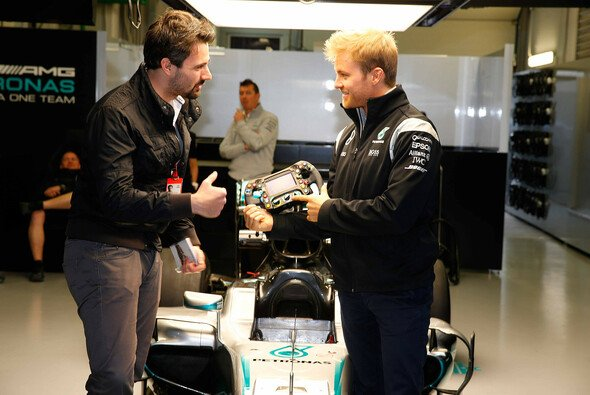 Nico Rosberg erklärt Motorsport-Magazin.com seinen Formel-1-Boliden - und seinen Glücksbringer - Foto: Mercedes