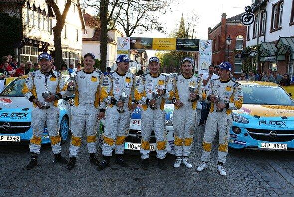 Freude nach harten Wertungsprüfungen: Die drei besten Opel-Teams in Sulingen - Foto: ADAC Opel Rallye Cup
