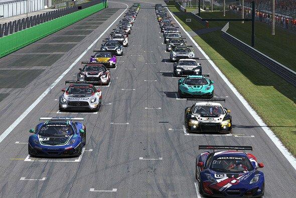 Die erste Startreihe machten die McLarens unter sich aus. Auf eine Runde ist der MP4-12C in Monza eine Macht. - Foto: iRacing