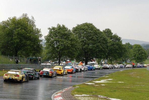 2016 parkten die Autos wegen heftigen Hagelschauern reihenweise an der Strecke - Foto: BMW