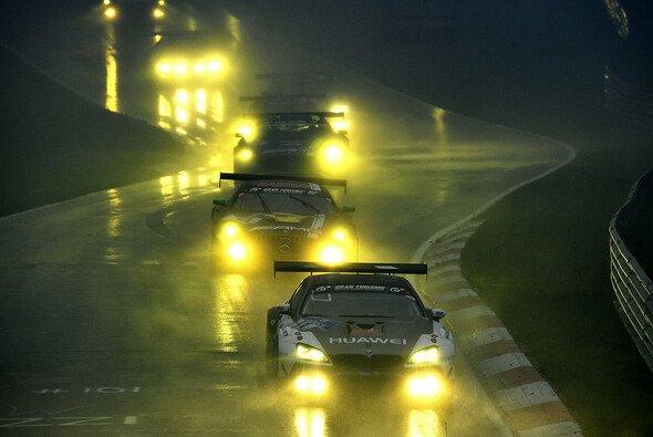 Die Mercedes-Gegner hatten beim 24h-Rennen am Nürburgring Fortuna nicht an ihrer Seite - Foto: BMW