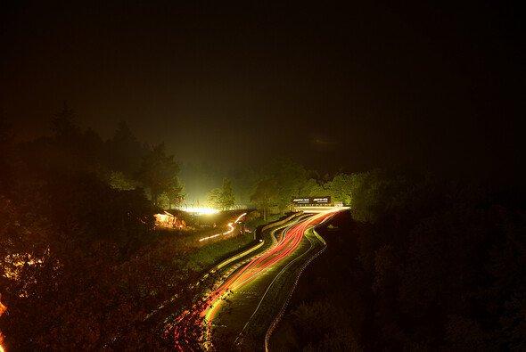 Die Fans feiern das Event 24h Nürburgring die ganze Nacht durch - während die Autos ihr Rennen bestreiten - Foto: Mercedes-Benz