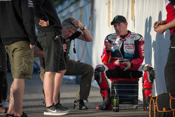 Die Isle of Man wird John McGuinness vielleicht nie wieder auf einem Motorrad im Renntempo sehen - Foto: Monster Energy